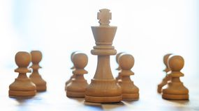 Couleur brun clair de pièces d'échecs Fermez-vous vers le haut de la vue du roi et des gages avec des détails Fond brouillé Images stock
