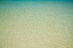 Couleur d'émeraude d'eau de mer Images stock