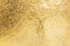 Couleur d'or en verre souillé lumineuse sur le vieux mur dans le temple photographie stock