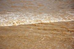 Couleur de Brown de Ping River dans le barrage de Saraphi Images stock