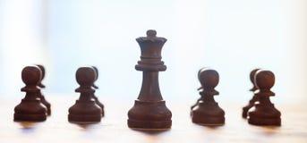 Couleur de brun foncé de pièces d'échecs Fermez-vous vers le haut de la vue de la reine et des gages avec des détails Fond brouil Photos libres de droits