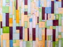 Couleur de fantaisie aléatoire verticale de morceaux en bois sur la surface photographie stock libre de droits