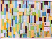 Couleur de fantaisie aléatoire verticale de morceaux en bois sur la surface photographie stock