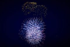 Couleur de feux d'artifice, bleue et d'or de scintillement lumineuse bon marché, sur le ciel nocturne, texture de fond photographie stock