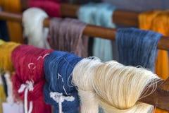 Couleur de hanking fait main d'armure en soie sur le support en bois Images libres de droits