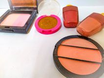 couleur de tendances mise sur l'utilisation blanche de fond pour le corail de maquillage beau tellement pour des femmes photo libre de droits