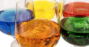 Couleur des boissons alcooliques et sans alcool avec de la glace en verres cristal sur le fond blanc, plan rapproché Image stock