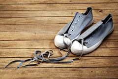 Couleur grise de chaussure avec amour sur en bois Image libre de droits