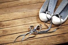 Couleur grise de chaussure avec amour sur en bois Photo stock