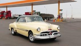 Couleur jaune et verte Pontiac 1953 Catalina à Lima Photos stock