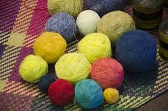 Couleur naturelle de colorant de boule de fils de coton Image libre de droits