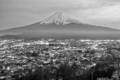 Couleur noire et blanche du mont Fuji et de ville photographie stock libre de droits