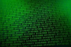 Couleur numérique vert-bleu de code binaire sur le fond noir illustration stock
