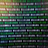 Couleur numérique vert-bleu de code binaire sur le fond noir photos libres de droits
