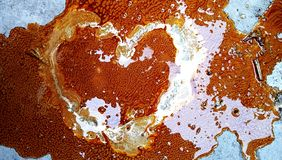 Couleur orange abstraite colorée sur la terre faisant la forme de coeur Fond, papier peint photos libres de droits