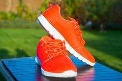 Couleur orange lumineuse d'espadrilles de chaussures de sports Photos stock