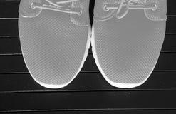Couleur orange lumineuse d'espadrilles de chaussures de sports Photos libres de droits