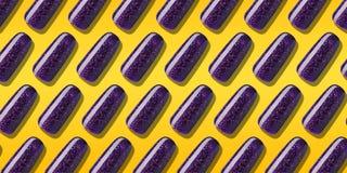 Couleur pourpre de vernis ? ongles de mod?le avec le scintillement Laque violette de clou de disposition cr?ative dans les astuce illustration libre de droits