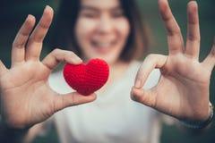 Couleur rouge d'amour et de coeur sur la main de femmes dans le jour du ` s de valentine Image stock