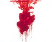 Couleur rouge dans l'eau Photos stock