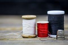 Couleur rouge noire et blanche de fil de couture Photo libre de droits