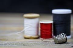 Couleur rouge noire et blanche de fil de couture Image libre de droits
