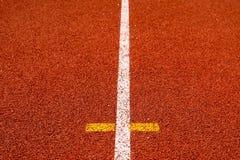Couleur rouge standard en caoutchouc de voie courante de stade d'athlétisme Image libre de droits