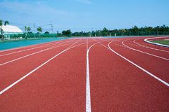 Couleur rouge standard en caoutchouc de voie courante de stade d'athlétisme Image stock