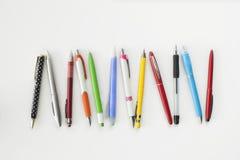 Couleur, type, stylo et crayon différents sur le fond blanc photos libres de droits