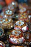 Couleur vibrante de boîte de bijou sur le marché Photo stock