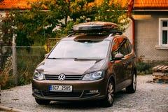 Couleur Volkswagen Touran II de Brown se garant sur la rue Photo libre de droits