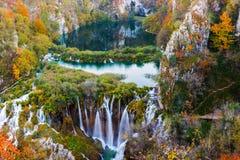 Couleurs étonnantes de cascade et d'automne dans des lacs Plitvice Photos libres de droits