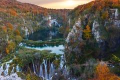 Couleurs étonnantes de cascade et d'automne dans des lacs Plitvice Photographie stock