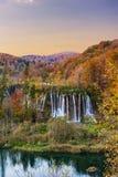 Couleurs étonnantes de cascade et d'automne dans des lacs Plitvice Image libre de droits