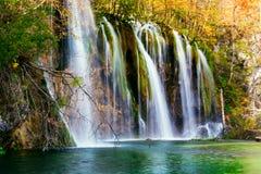 Couleurs étonnantes de cascade et d'automne dans des lacs Plitvice Photo stock