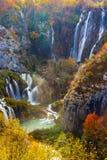 Couleurs étonnantes de cascade et d'automne dans des lacs Plitvice Photographie stock libre de droits