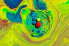 Couleurs abstraites de mélange en lait avec le vert avec des couleurs bleues Photo stock