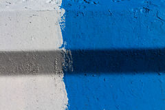 Couleurs blanches et bleues sur le mur Image stock