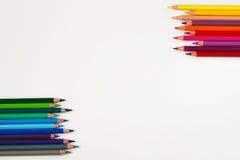 Couleurs chaudes et fraîches des crayons colorés sur le blanc Photographie stock