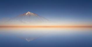 Couleurs claires de ciel bleu, de montagne et de coucher du soleil/fond Images libres de droits