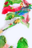 Couleurs colorées de peinture sur le balai au-dessus du livre blanc Image stock