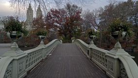 Couleurs d'automne de pont d'arc dans le Central Park Autumn Morning de New York City clips vidéos