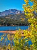 Couleurs d'automne du Colorado avec le réservoir de crête et de Crystal Creek de brochets photo libre de droits