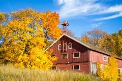 Couleurs d'automne et une vieille grange photographie stock