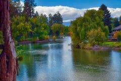 Couleurs d'automne montrant à l'étang de miroir près de la courbure, Orégon photographie stock libre de droits