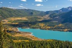 Couleurs de chute au lac barrier à Kananaskis dans Alberta, Canada photographie stock libre de droits
