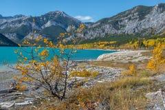 Couleurs de chute au lac barrier à Kananaskis dans Alberta, Canada photos stock