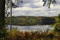 Couleurs de chute autour du lac Photographie stock libre de droits