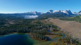 Couleurs de chute dans les collines au-dessus du petit lac redfish en Idaho banque de vidéos