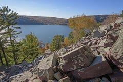Couleurs de chute dans les roches et l'eau Photos stock